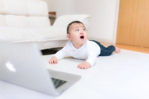 赤ん坊とパソコン